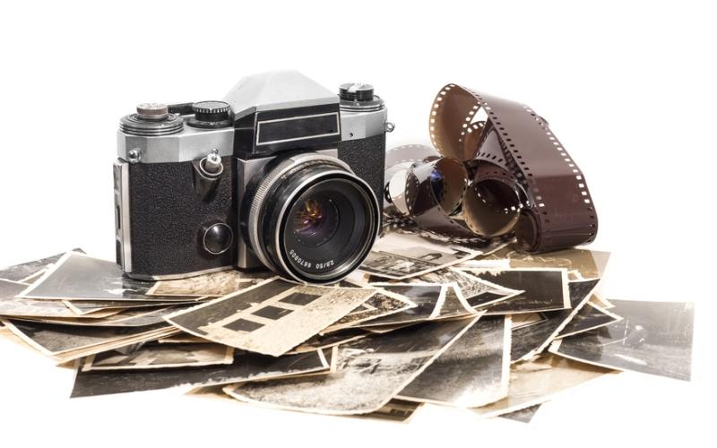 Eine alte Kamera mit alten Fotos