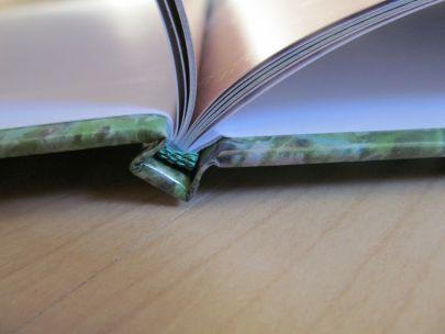 Fotobuch mit Fadenbindung-Optik - dieser sichtbare Faden dient nur der Verschönerung