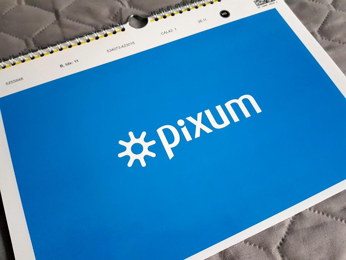 Das Schutzblatt vor der eigentlich Deckblattseite beim Pixum Fotokalender