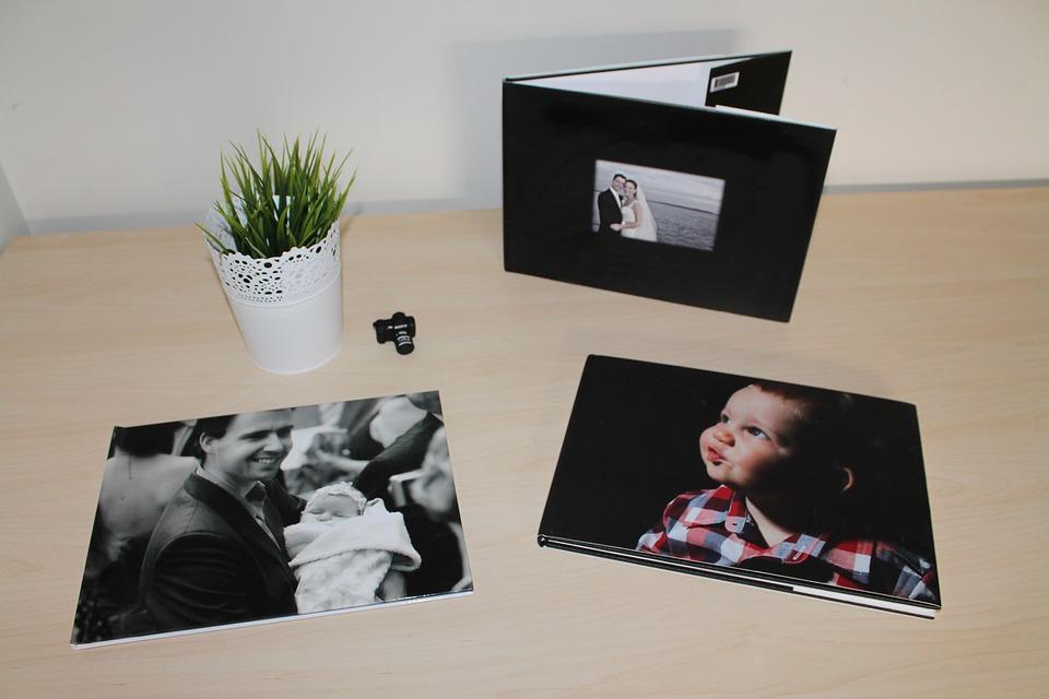 Beispielsweise bei CEWE lassen sich individuelle Fotobücher erstellen. Geben Sie Ihren Fotos ein schönes zuhause abseits des Bildschirms.