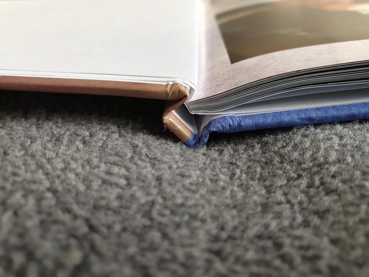 Gelungene Hochzeit von Hardcover und Buchseiten: Die Klebebindung ist hochwertig und verspricht eine lange Lebensdauer
