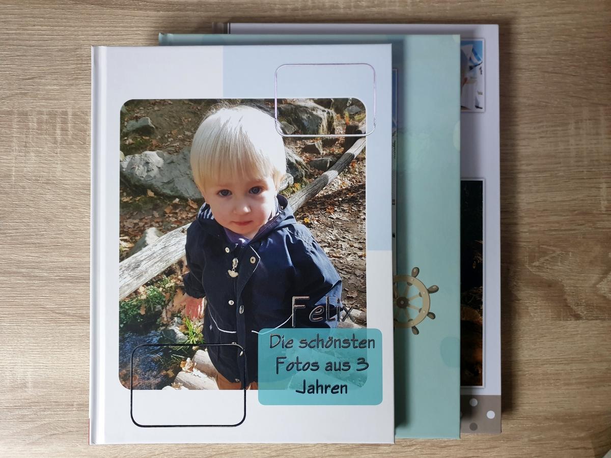 Ein Hardcover Fotobuch im Hochformat in der Standardgröße (ca. Din A4 als Anhaltspunkt)) kann von Anbieter zu Anbieter erheblich unterschiedlich groß sein. CEWE hier mit dem kleinsten Buch und fotobuch.de mit dem größten Buch.